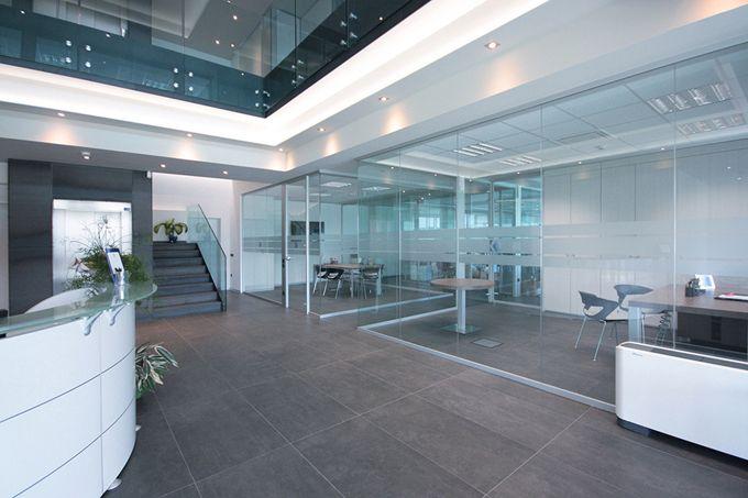 Pareti in vetro e cristallo l 39 eleganza per i tuoi uffici for Divisori da ufficio