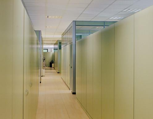 Pareti mobili in laminato e metallo le pareti ufficio for Arredi per pareti