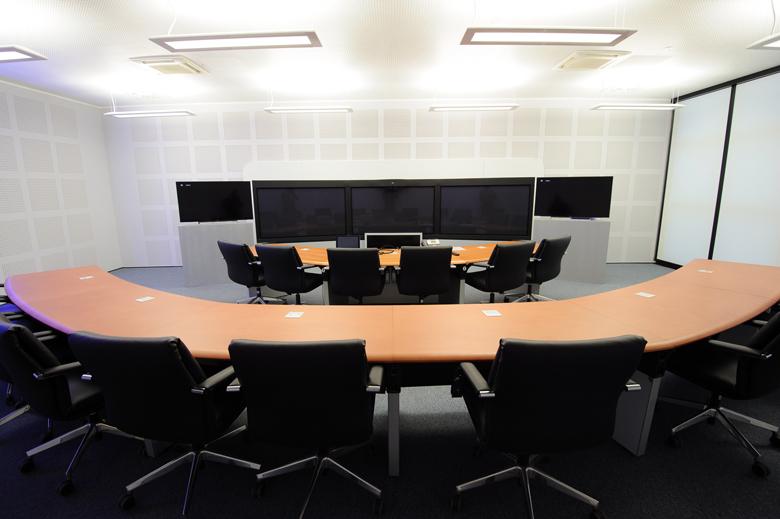 Tavolo riunione parete fonoassorbente poltrona direzionale Datalogic Bologna A04